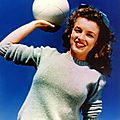 1945 beach sitting - green sweater - norma jeane par andré de dienes
