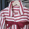 manteau d'été en lin rayé rouge et écru noué d'un lien de lin rouge (5)