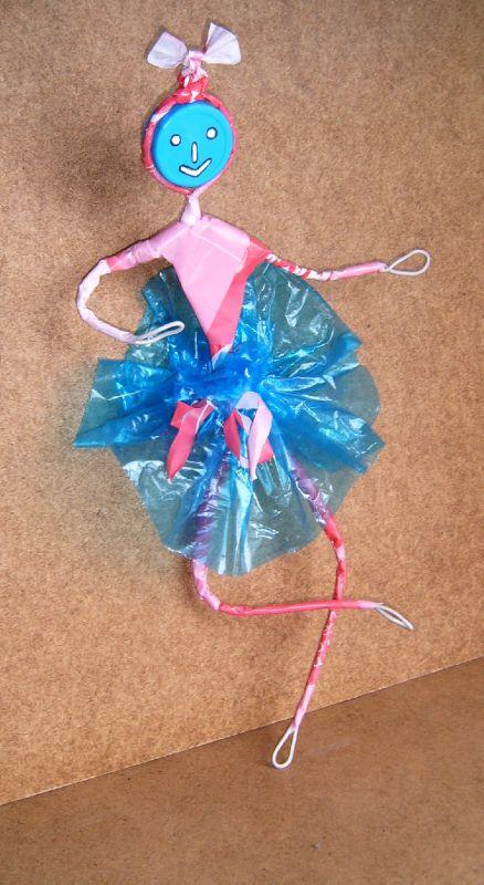 Déchets plastique valorisation - Personnage Danseuse en sacs plastiques - Objet Art Création Recyclage récupération sacs en plastique