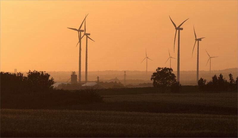 Plaine Benet éoliennes coucher soleil 230520