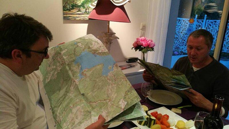 Moustiers-Sainte-Marie, au resto, consultation de la carte (04)