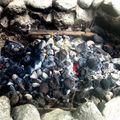 On fait chauffer au rouge les pierres au fond du trou.