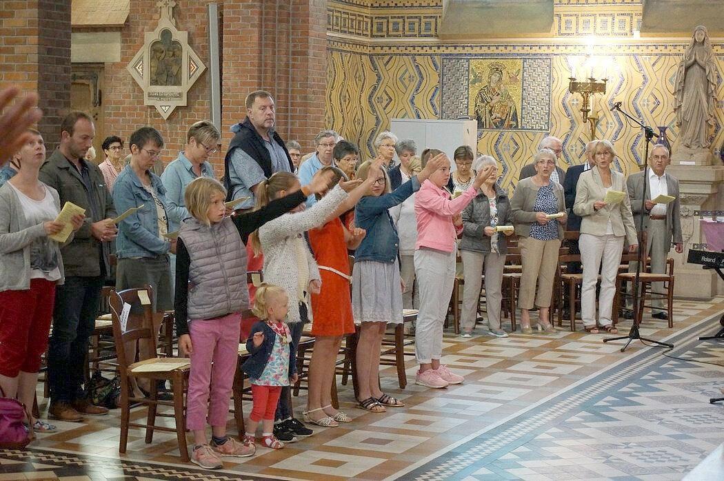 2018-06-10-remise des évangiles-LE DOULIEU (35)