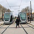 Passants prenant le tramway