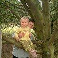 il n'y a pas que les grands qui grimpent aux arbres! moi aussi