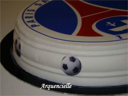 Gâteau PSG détail du tour fait avec un peigne