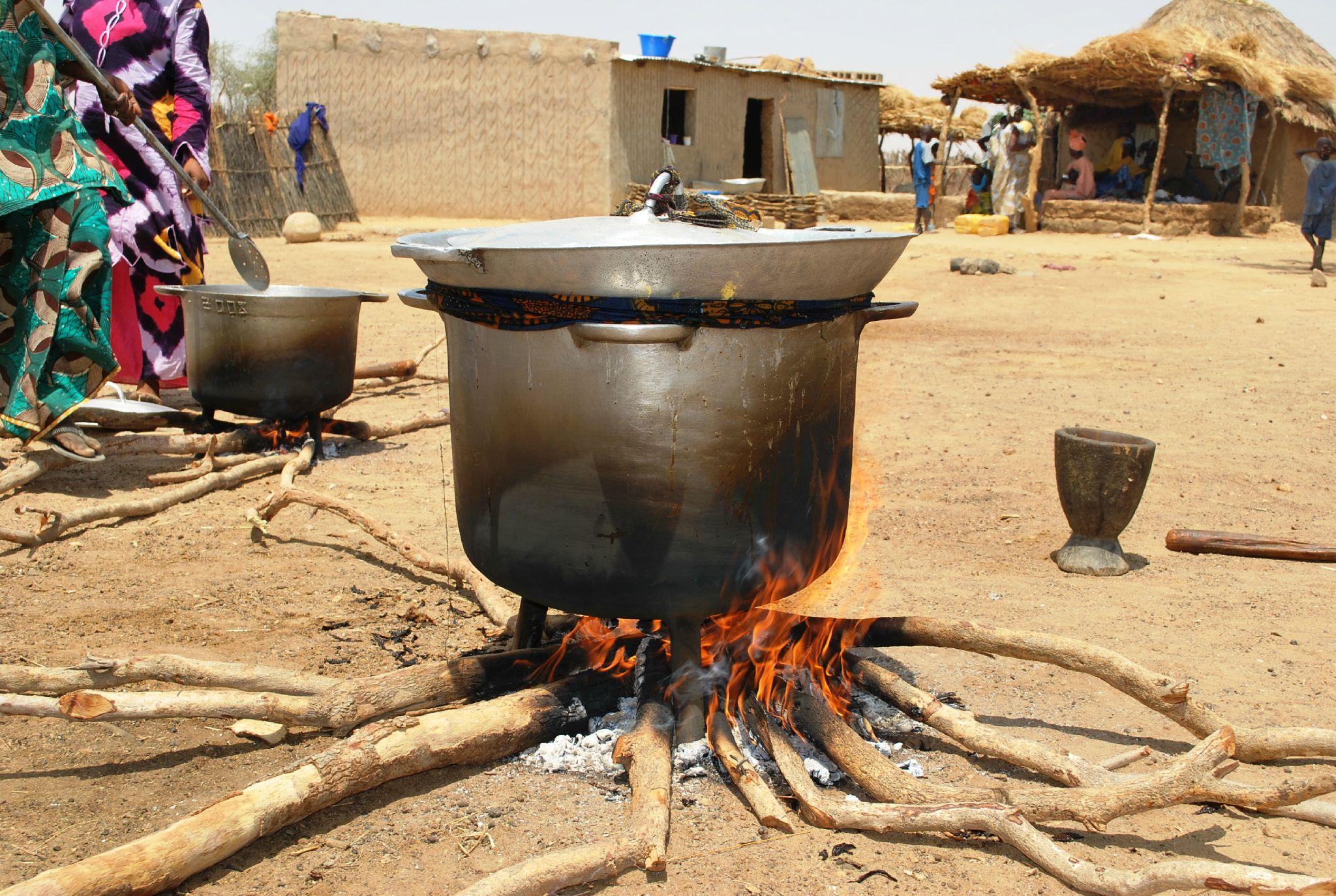 Fête villageoise - quand on cimente la terrasse, tout le village participe, les femmes cuisinent - Village de Gawdé Bofé 4