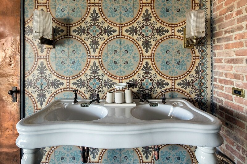 1930s-floral-patterned-blue-stone-tiles-from-Belgium-in-the-bathroom
