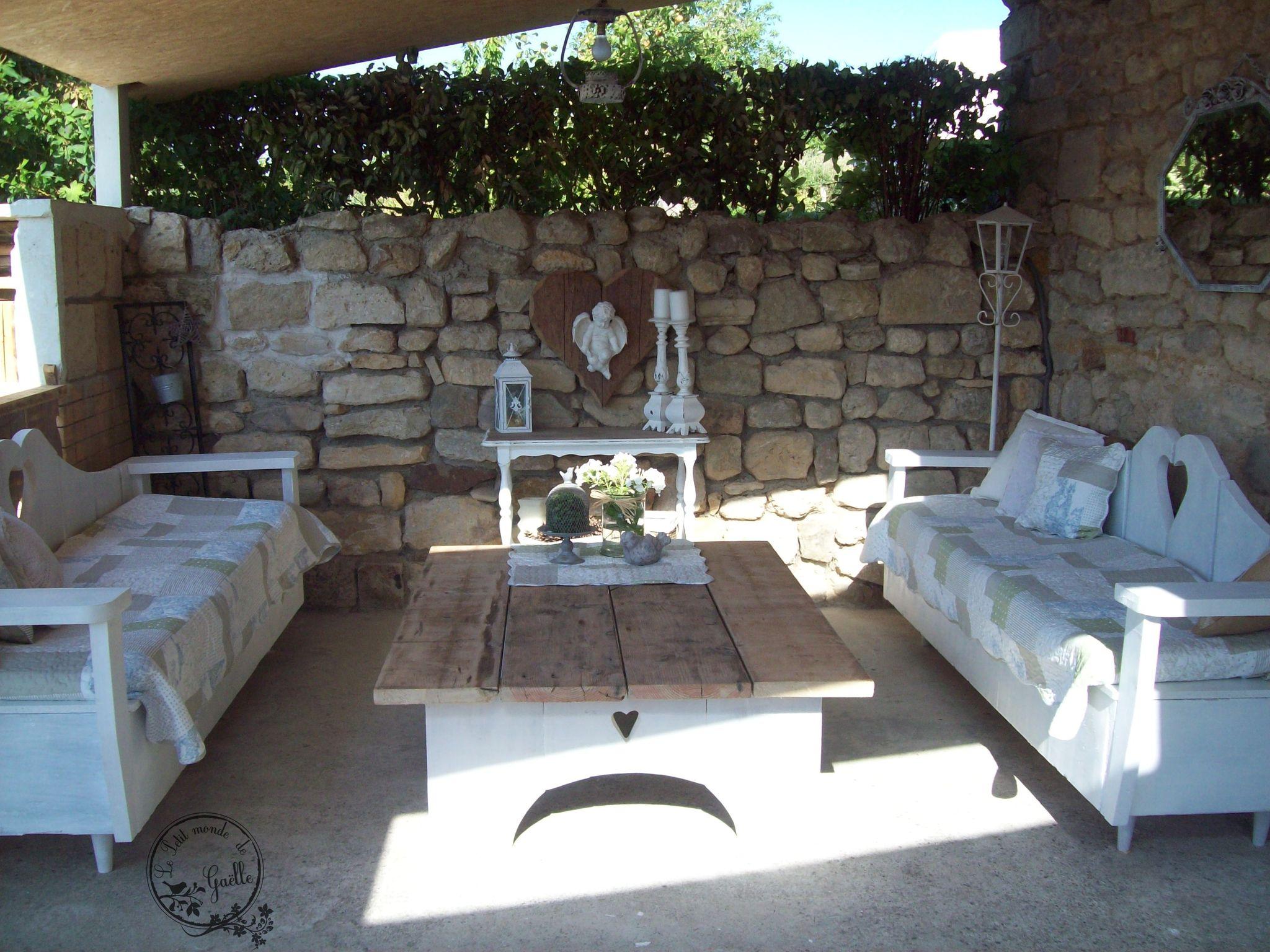 Canapés et table basse réalisées à 4 mains...