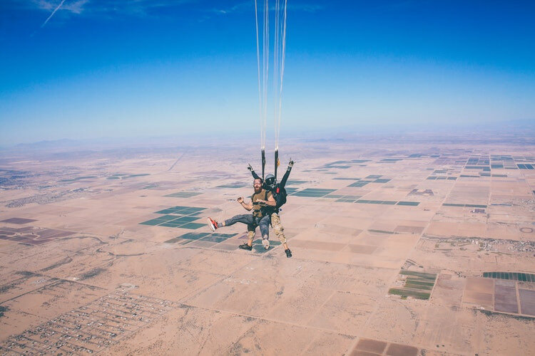 parachute_photo-1486324461499-e5473c429107