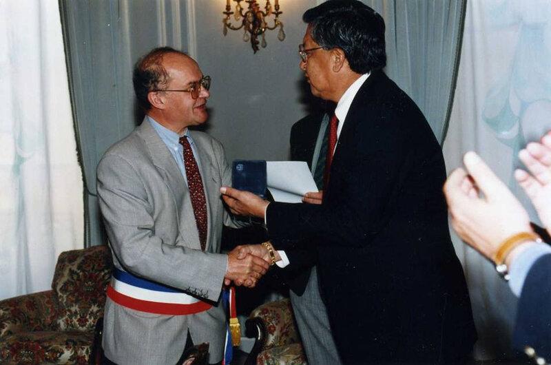 le chef Charles Tillman reçu à l'hôtel de ville par Hubert Gouze, maire de Montauban