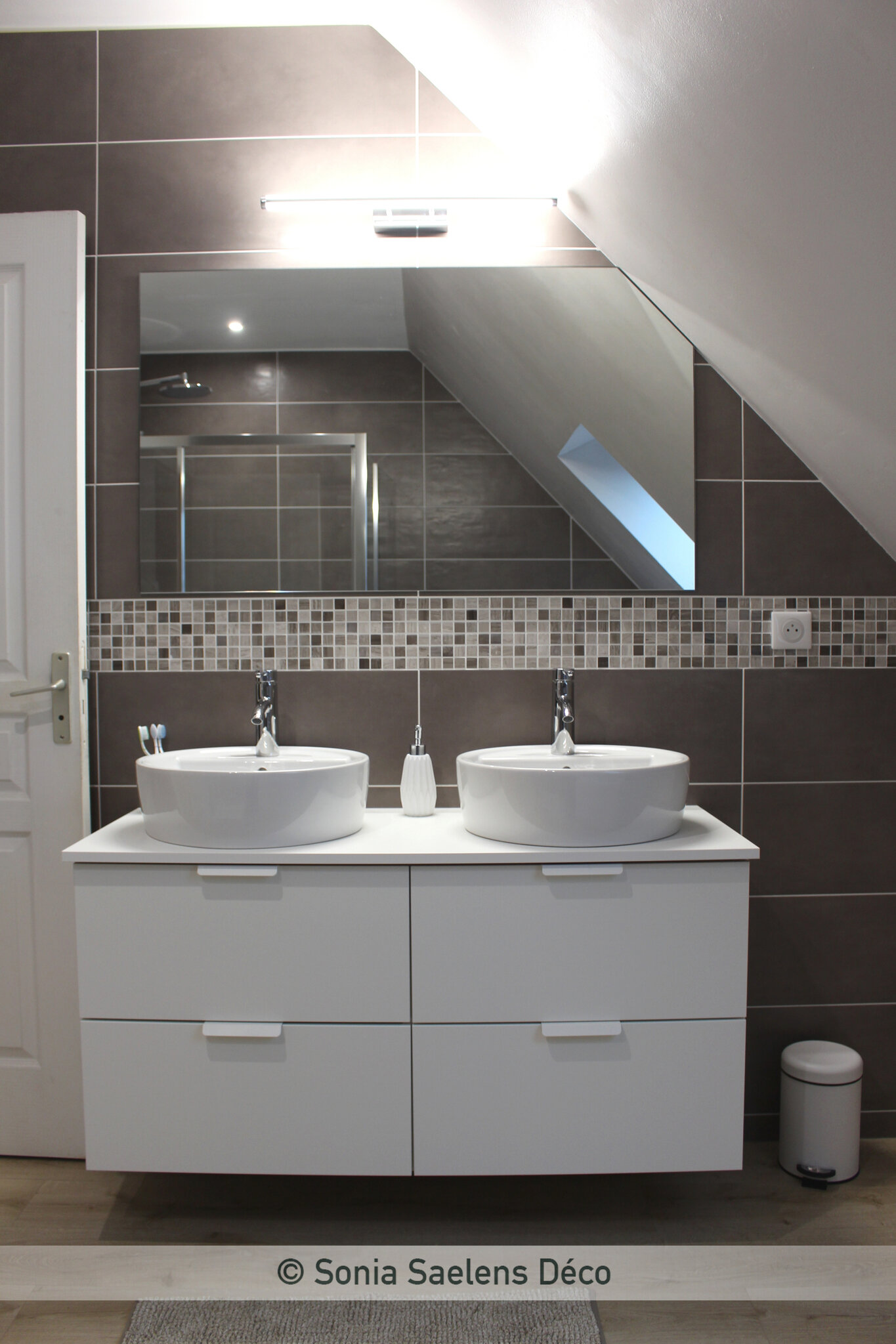 Une salle de bain moderne et chaleureuse - Sonia Saelens déco