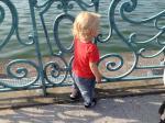 bébé au bord du lac