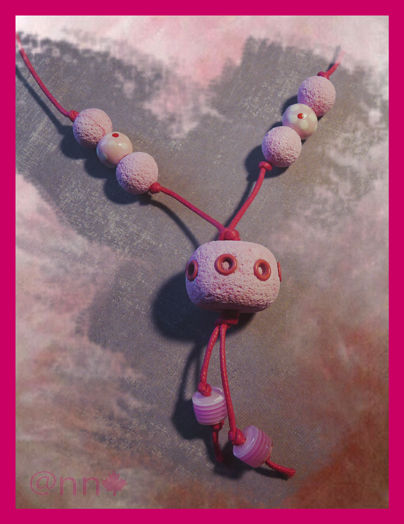Collier enfant rose pâle avec rivets fushia