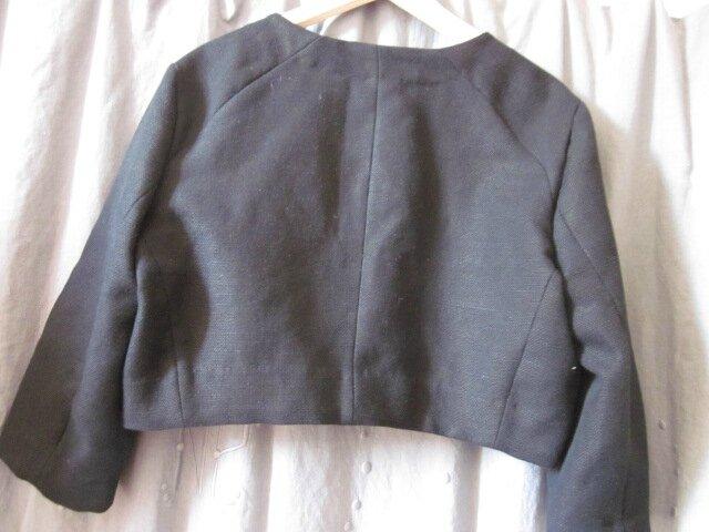 Veste courte à la taille, ceintrée, en lin épais noir avec poches plaquées effilochées, découpes épaules et boutons de nacre - taille XL (7)