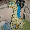 Hochet girafe (quelques grelots sont glissés dans la ouate).