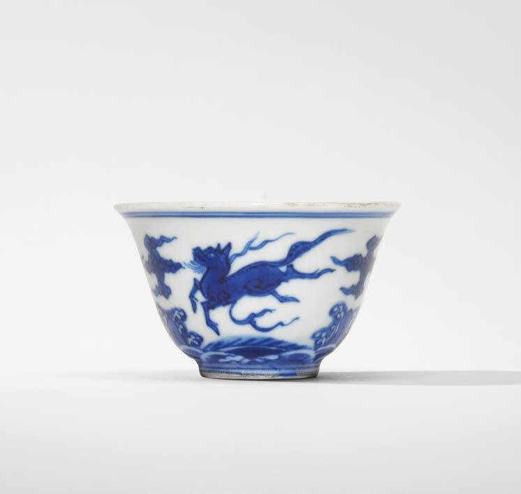 A blue and white 'Sea creatures' cup, late Ming-early Qing dynasty, 17th century