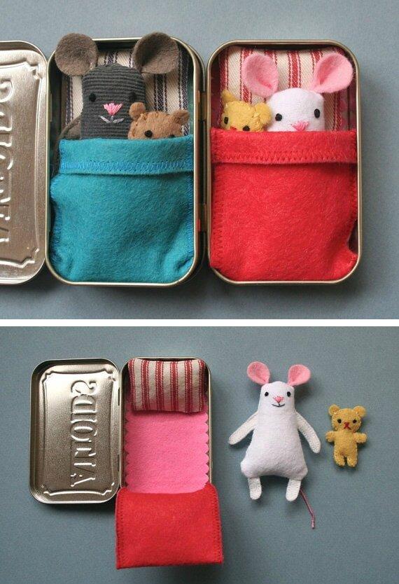 Absolument adorable une souris dans une boîte