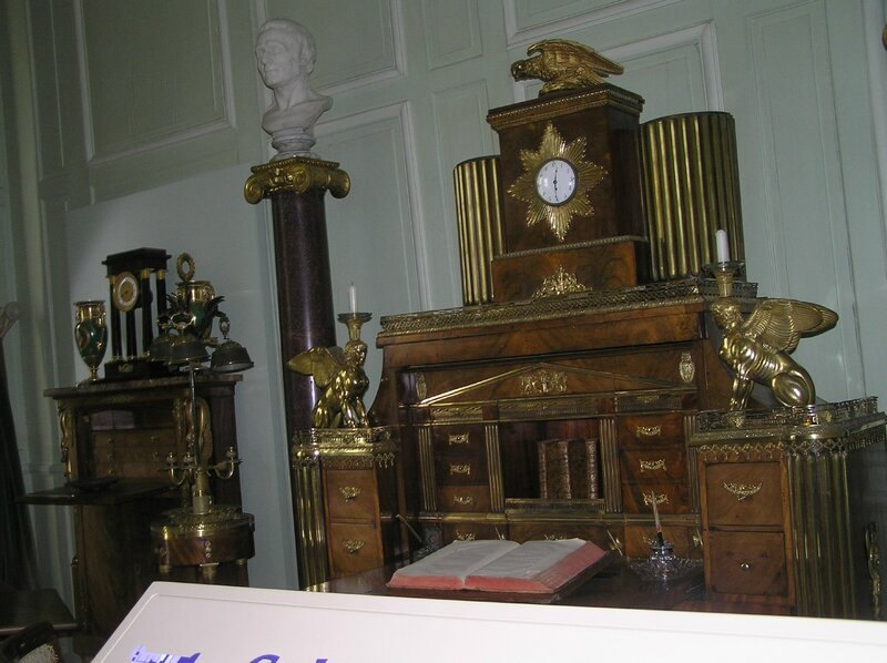 Grand bureau avec horloge