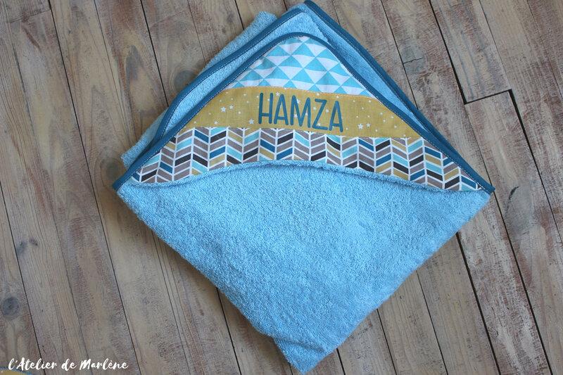 cape de bain personnalisée motif géométriques Hamza bleu et jaune
