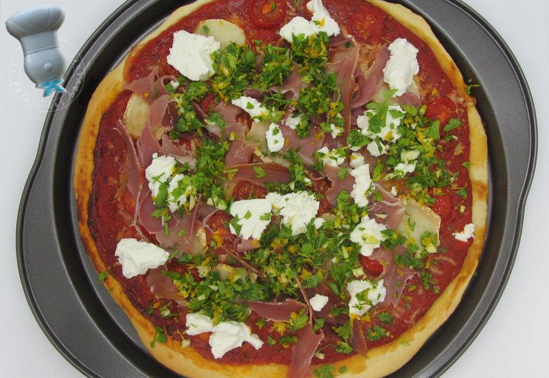 Pizza au jambon cru, tomates cerise, chèvre et grémolata