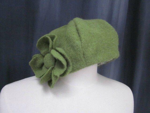 Chapeau AGLAE en laine bouillie vert olive avec fleur dans le mm tissu - doublure coton écru à plumettes vertes et turquoise - taille 57 (2)