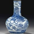 Grand vase en porcelaine bleu blanc, tianqiuping, Chine, fin de la dynastie Qing (1644-1911). Photo Christie's Ltd 2014