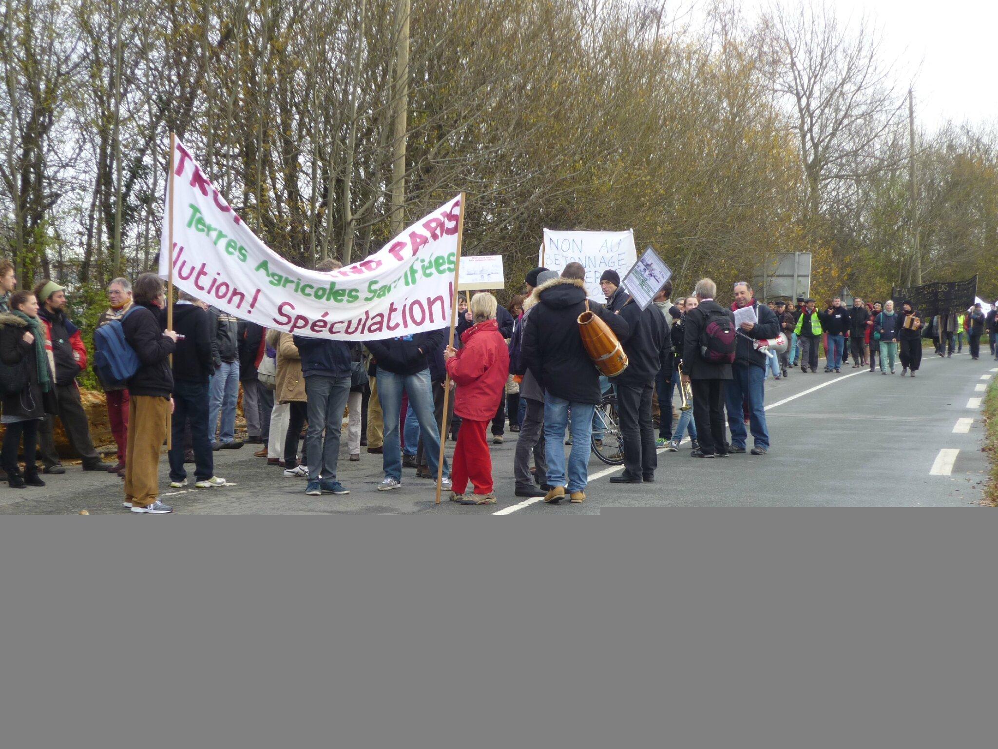 Des marcheurs et banderolles à perte de vue