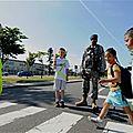 مشهد من ساعة الخروج من المدرسة في تونس وآخر من اليابان