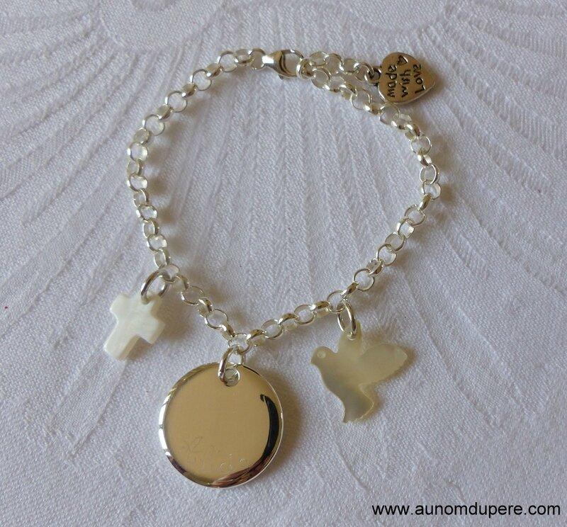Bracelet sur chaîne argent massif avec mini Croix en nacre, une médaille en argent massif gravée et une colombe en nacre - 87 €
