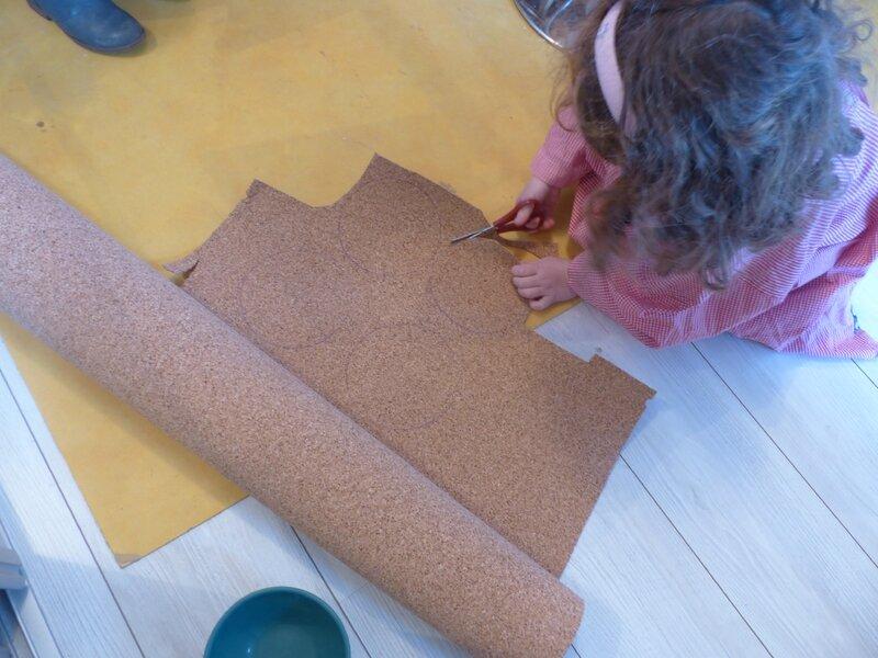 Louise découpe les petits tapis de liège pour mettre sous la main