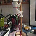 Une lampe bonhomme qui escalade pour chloé à partir d'un flacon de gel douche.