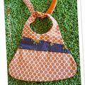 Bavoir / bavette à pois orange et fleurs Grand modele