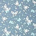 bleu à papillons blancs