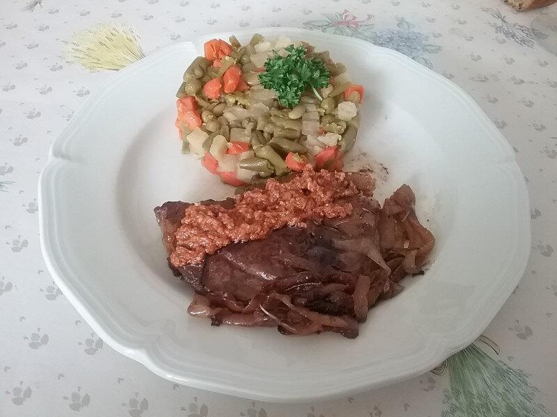 Tranches de gigot au pesto rouge et macédoine de légumes 1