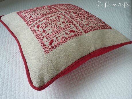 Coussin brodé rouge 6