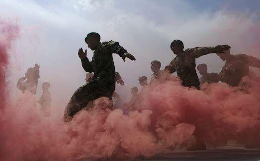 afghanistan-kaboul-l-armee-nationale-afghane-s-entraine-au-camp-militaire-de-ghazi-d-ici-2014-l-armee-et-la-police-locale-auront-a-leur-charge-la-securite-du-pays-photo-afp-shah-marai (1)