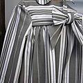 Manteau BERENICE en toile à matelas ancienne orné de 3 volants de lin écru, fermé par un lien de lin écru (11)