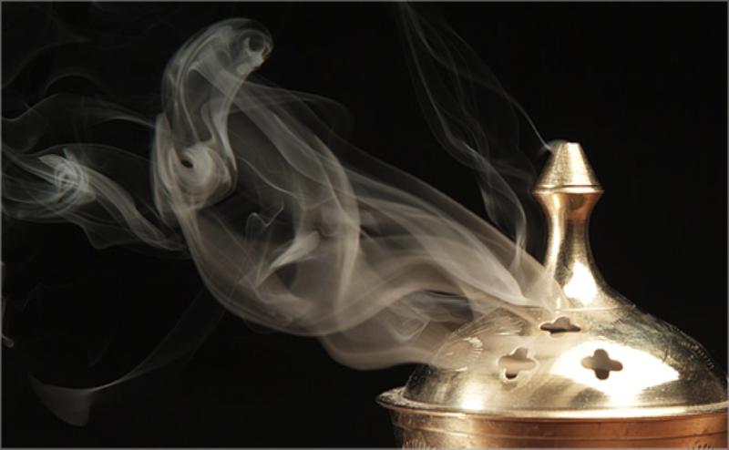 Oud-fumée-encens-parfum-en-scène-