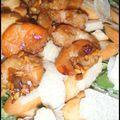 Salade de filles : mâche, crevettes sautées au miel et copeaux de parmesan