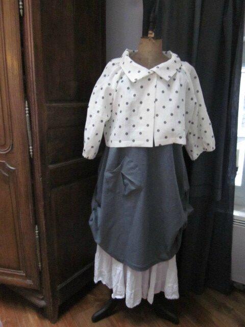Veste BLANCHE en lin blanc cassé à pois gris fermée par un bouton de nacre (18)