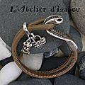 Envie de chaleur ! mais attention aux serpents qui se cachent dans les jardins ! avec ce bracelet serpent en cuir taupe !