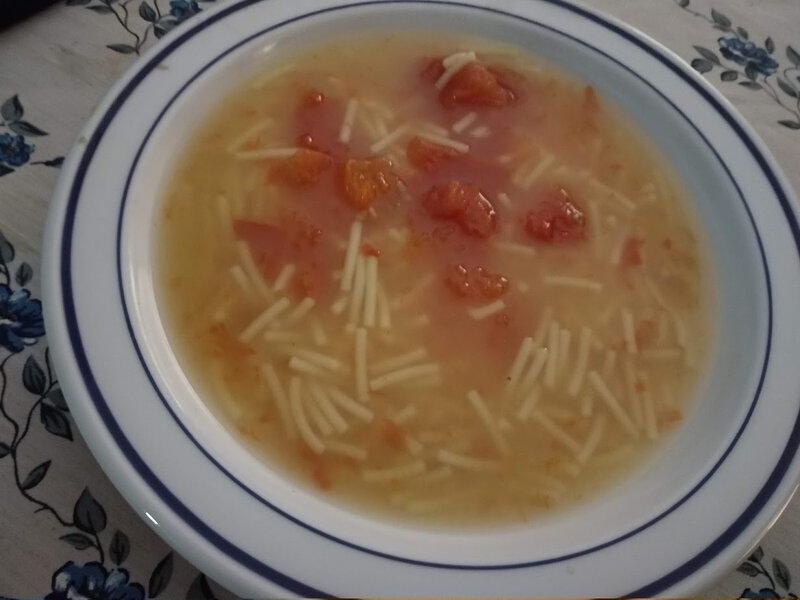 soupe de poulet aux tomates et vermicelles