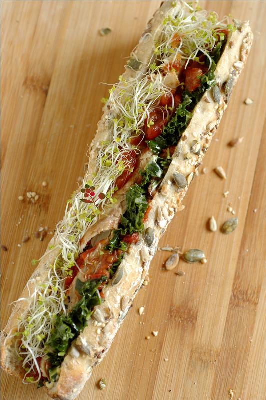 Sandwich chou kale mariné, maquereau, compotée de tomates et graines germées_1
