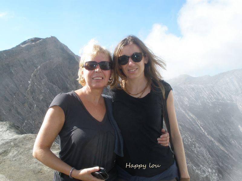 Avec Alvina, l'une de mes filles, au bord du volcan