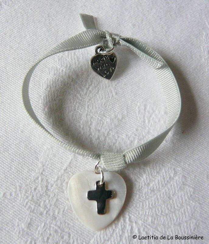 Bracelet sur ruban élastique gris perle, coeur en nacre et mini Croix en argent massif