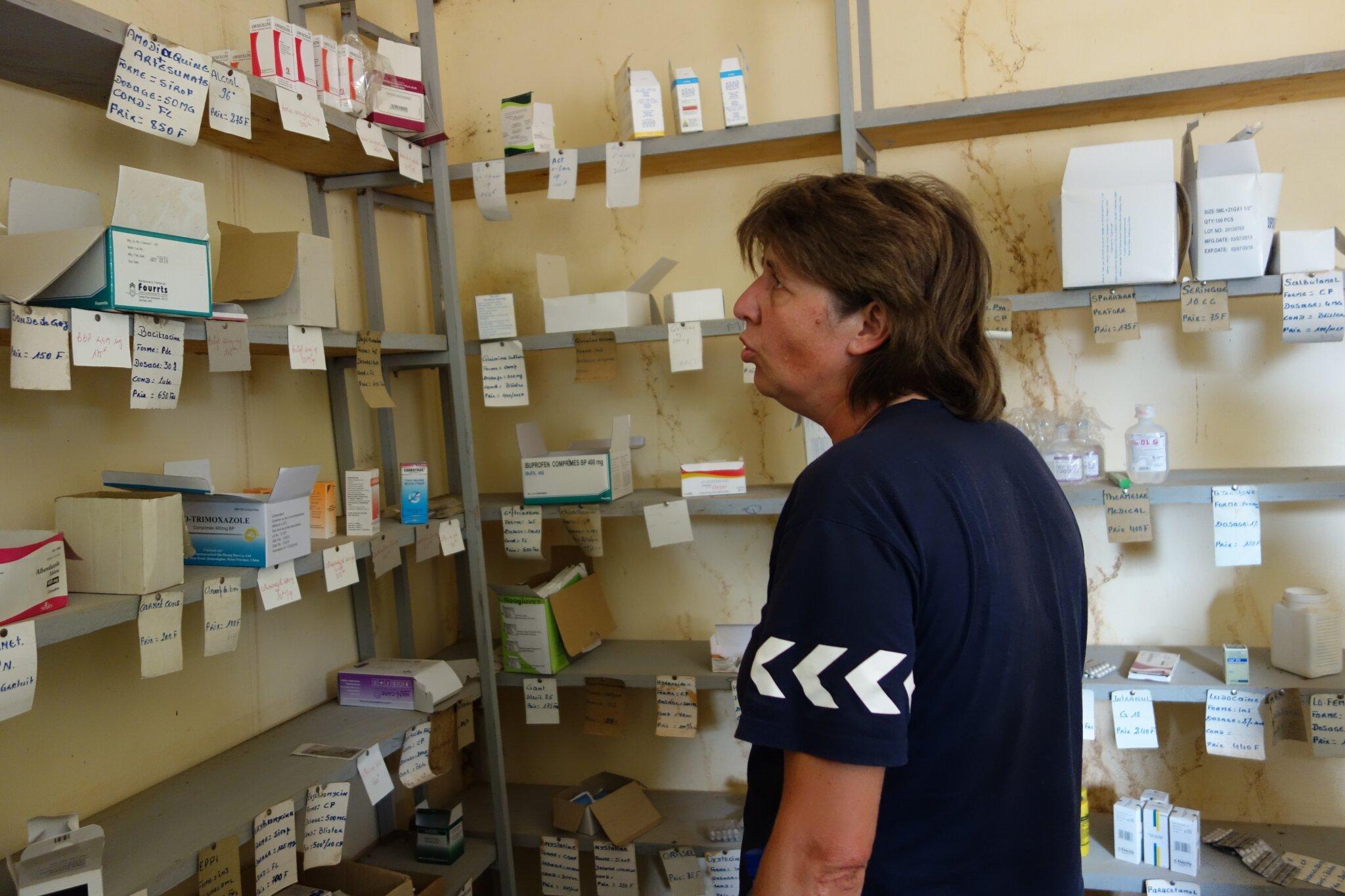 Les rayons de la pharmacie du dispensaire