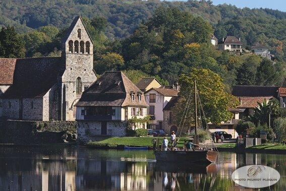 BEAULIEU_SUR_DORDOGNE_promenade_en_gabarre_le_courau_Adele_et_Clarisse_sur_la_Dordogne_chapelle_de_Penitents_