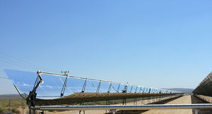 800px_Parabolic_trough_solar_thermal_electric_power_plant_1