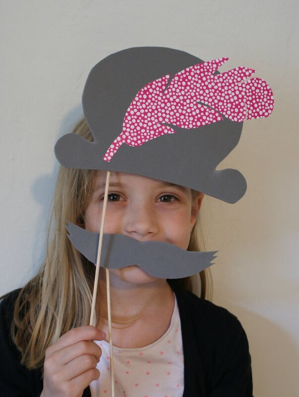 lola chapeau moustache